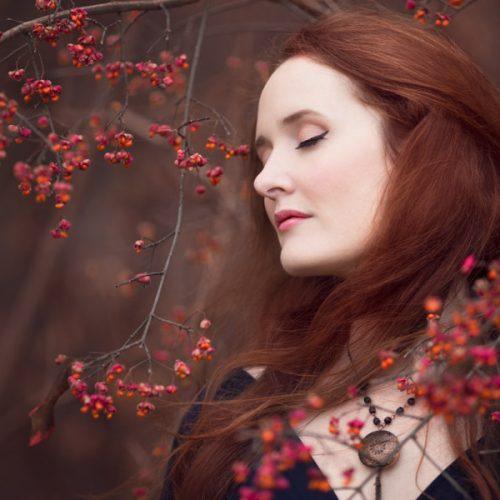 Séance portrait aux fleurs rouges