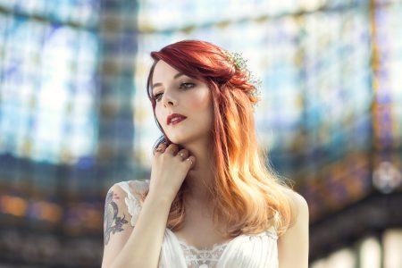 Inspiration mariage réalisée au Printemps Haussmann, sous la verrière et sur les toits de Paris. Gaby Owl porte une robe de mariage d'Alberta Ferretti, prise en photo par le photographe de mariage Cyril Sonigo